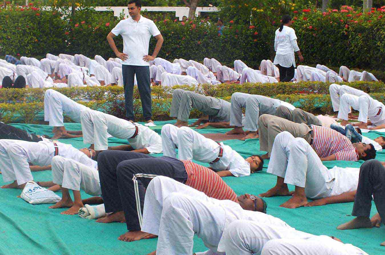 people_doing_yoga_in_baroda_in_india14