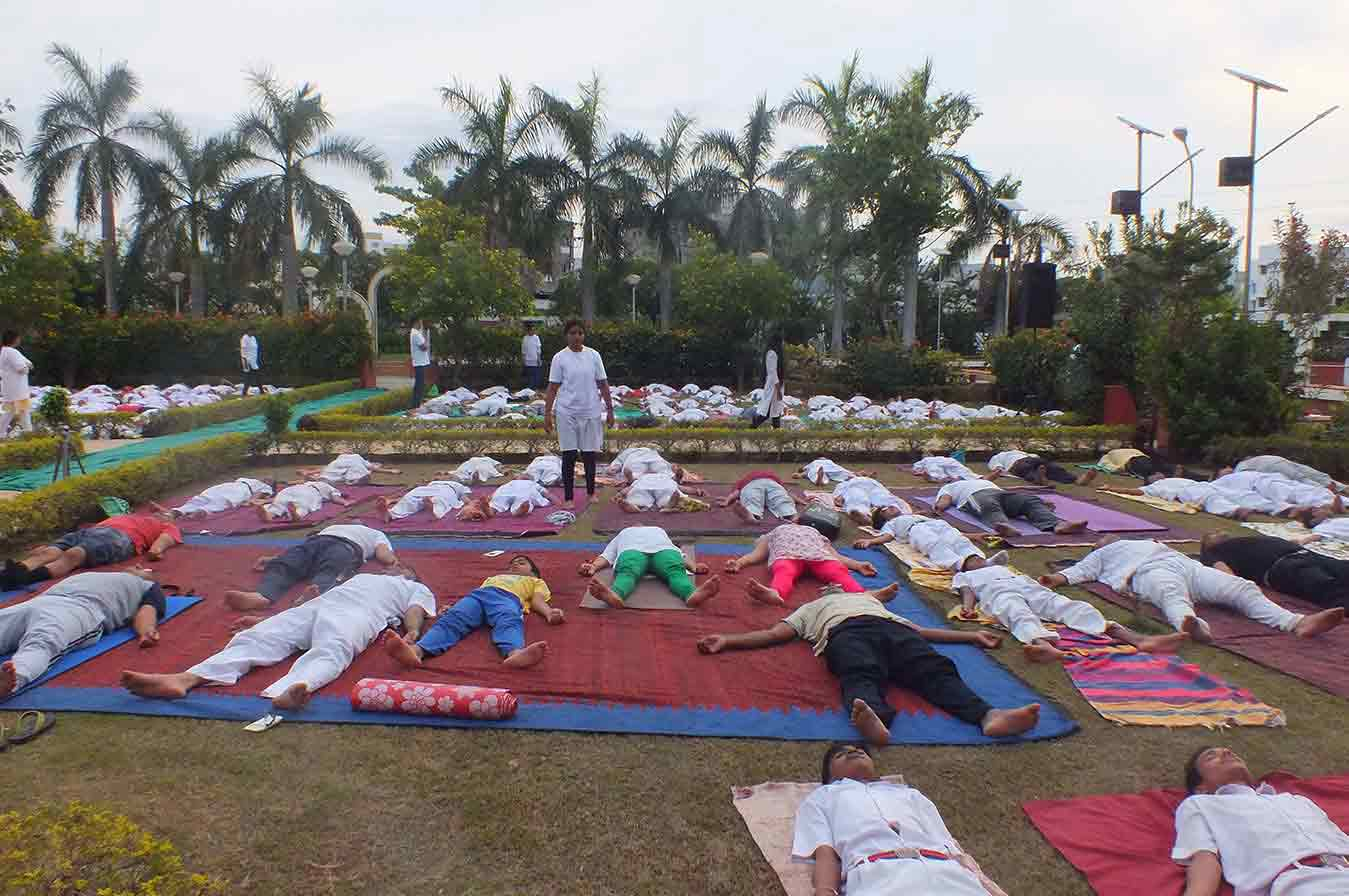 yoga_in_garden_in_baroda_in_india15